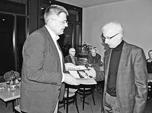 Rottenbund-Vortrag. Referent Stefan Stirnemann (links) übergibt Rottenbund-Obmann Dr. Erwin Leiggener ein nach den Empfehlungen der Schweizer Orthographischen Konferenz gedrucktes Exemplar des renommierten «Schweizer Monats».